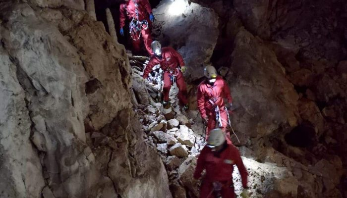 Exploring caves in groups and fully equipped