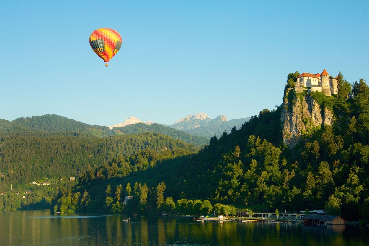 Ballon-flight-bled-castle