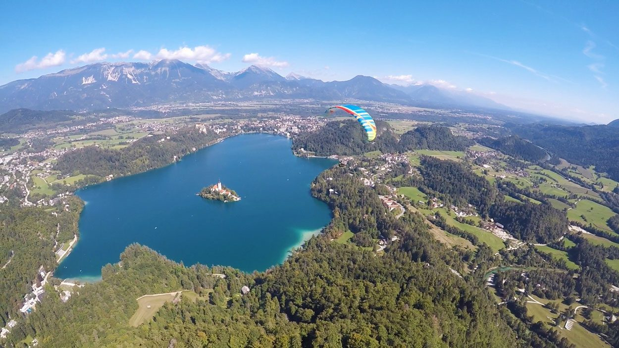 Paragliding-over-lake-bled